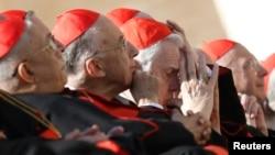 Le cardinal Bernard Law (C) au Vatican le 27 février 2013.