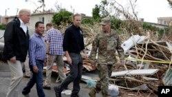 Presiden AS Donald Trump ketika meninjau kerusakan yang diakibatkan oleh Badai Maria dalam kunjungannya di Guaynabo, Puerto Rico, Selasa (3/10).