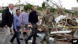 Presiden AS Donald Trump (kiri) ketika melakukan kunjungan ke Guaynabo, Puerto Rico, 3 Oktober lalu (foto: dok).