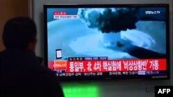 Người dân xem tin tức về cuộc thử nghiệm bom nhiệt hạch đầu tiên của Bắc Triều Tiên tại một trạm xe lửa ở Seoul vào ngày 06 tháng 1 năm 2016.