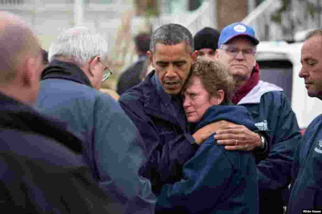 Le président Barack Obama consolant Donna Vanzant, propriétaire de la marina North Point, alors qu'il examinait les dégâts de l'ouragan Sandy à Brigantine, dans le New Jersey, le 31 octobre 2012 (White House/Pete Souza)