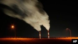 Asap membumbung dari pembangkit listrik tenaga batu bara di La Cygne, Kansas. (Foto: Dok)