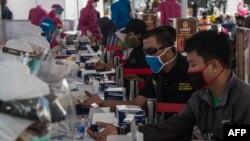 Warga secara sukarela mengikuti tes cepat (rapid test) gratis Covid-19 di Surabaya, 2 Juni 2020. (Foto: AFP)