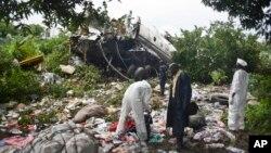 Des investigations contuites au lieu du crash de l'Anotonov An-12 à Juba, Soudan du Sud, 4 novembre 2015.