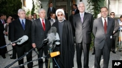 De gauche à droite, le ministre des Affaires étrangères allemand Joschka Fischer, le secrétaire des Affaires étrangères anglais Jack Straw, le négociateur nucléaire iranien Hassan Rowhani, le ministre des Affaires étrangères françaises Michel Barnier, à Genève, le 25 mai 2005.