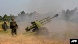 Des soldats des FARDC tirent à Matombo, 35 kilomètres au nord de Béni, dans le Nord-Kivu, le 13 janvier 2018.