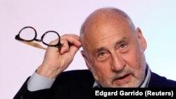 Ekonom pemenang Hadiah Nobel Joseph Stiglitz selama Kongres Dunia Institut Urusan Ekonomi (IEA) di Mexico City, Meksiko, 19 Juni 2017. (Foto: REUTERS/Edgard Garrido)