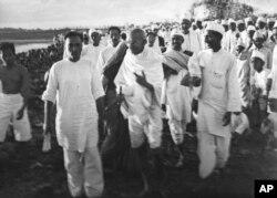 Mahatma Gandhi memberikan instruksi terakhir di pantai dekat Dandi, India, saat dia dan para pendukungnya bersiap-siap untuk berdemonstrasi di Salt Satyagraha (Salt March), 6 April 1930.(Foto AP / Foto Deutscher Dienst / W. Bossard)