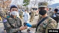 美国与韩国军人联合应对新型冠状病毒(美国陆军2020年3月13日照片)