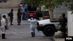 """Militer Meksiko berada di lokasi pembantaian 72 orang migran oleh sebuah gang narkoba """"Zeta"""", tak jauh dari perbatasan Meksiko-AS."""