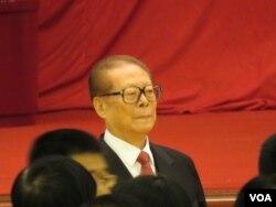 江泽民进入北京人民大会堂庆祝国庆65周年(2014年9月30日,美国之音东方拍摄)
