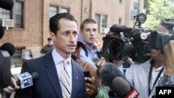 Dân biểu Mỹ Anthony Weiner rời nhà đến 1 cuộc họp báo, thứ năm 16/6/2011