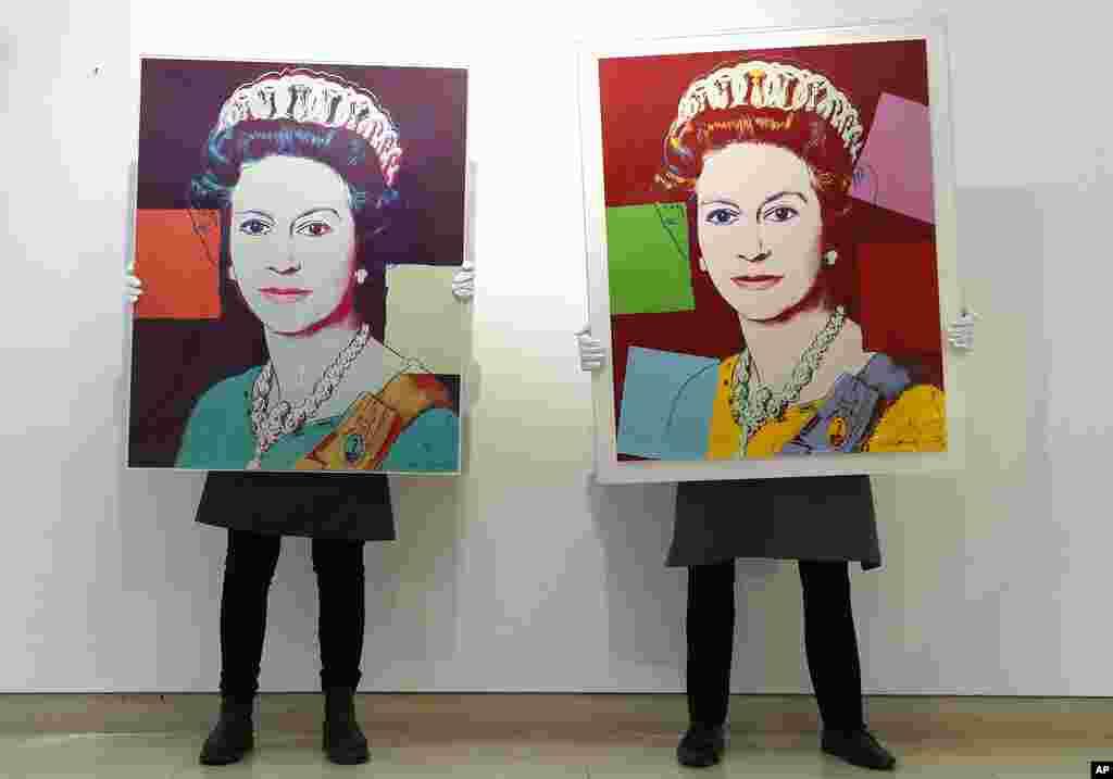 Londonda Christie's hərrac zalında qalereya texnikləri Andy Warhol-un Kraliça II Elizabetə aid şəkillərini nümayiş etdirirlər.
