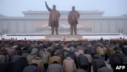Les 2 statues géantes de Kim Il Sung et Kim Jong Il sur la colline Mansu, Pyongyang, le 17 décembre 2018.