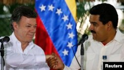 Juan Manuel Santos, izq, y Nicolás Maduro firmarán al final del encuentro un memorando de entendimiento sobre todo lo acordado.
