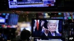 Una imagen del presidente Donald Trump se muestra en una computadora de la Bolsa de Valores de Nueva York, el lunes 24 de diciembre de 2018.