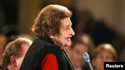 Helen Thomas poses question to U.S. President Barack Obama during his first news conference as president, East Room of the White House, Washington, Feb. 9, 2009.