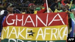 """Cổ động viên Ghana mang quốc kỳ với hàng chữ """"Ghana mang lại tự hào cho châu Phi."""""""