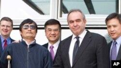 5月1日,美国国务院助理国务卿坎贝尔(前右)与陈光诚在美国大使馆见面