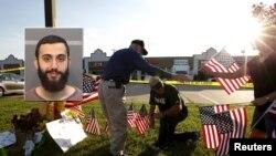 Người dân cắm quốc kỳ Mỹ phía trước hiện trường vụ nổ sung.