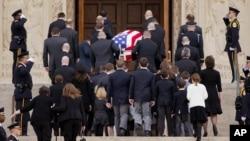 2月20日在華府國家聖母大殿斯卡利亞的家人及美國民眾向其作最後道別。