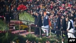 Perdana Menteri India Narendra Modi (tengah), Presiden Ram Nath Kovind (kiri) dan Presiden Brazil Jair Bolsonaro (kedua dari kiri) tiba di tempat acara peringatan Hari Republic India di New Delhi, India, 26 Januari 2020. (Foto: AFP)