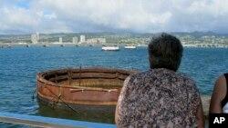 Khách tham quan nhìn xác tàu chiến USS Arizona bị đánh chìm ở Trân Châu Cảng, Hawaii, ngày 21 tháng 11, 2014.