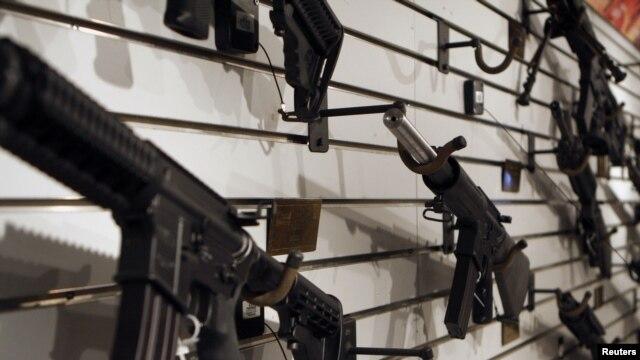 La segunda enmienda de la Constitución de EE.UU. permite a los civiles portar armas de largo alcance.