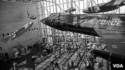 En 1946 el Congreso autorizó la creación del Museo Nacional del Aire. Pero en 1966 el congreso agregó el área de vuelos espaciales por lo que el nombre del museo cambió a Aire y Espacio.