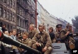 Binh lính Nga trên xe tăng tiến vào thủ đô Praha của Tiệp Khắc, ngày 21 tháng 8, 1968.