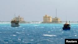 Kapal nelayan Vietnam terlihat tengah mendekati pulau Da Tay di kepulauan Spratly (Foto: dok). Ketegangan di Laut China Selatan ini memuncak menyusul penembakkan sinyal api kapal angkatan laut China ke kapal-kapal nelayan Vietnam baru-baru ini.
