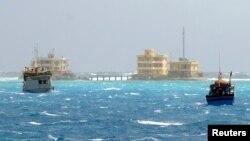 Tàu thuyền đánh cá của ngư dân Việt Nam gần đảo Đá Tây thuộc quần đảo Trường Sa, ngày 5 tháng 1, 2013.