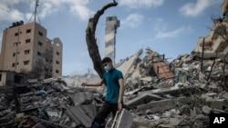 Một người đàn ông Palestine và đóng đổ nát ở Gaza City, ngày 18/5/2021.