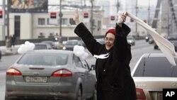 2月19名一号俄罗斯妇女对环城抗议者支持,要求进行自由总统选举