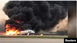 ہنگامی لینڈنگ کے وقت جہاز کے پچھلے حصے سے شعلے بلند ہو رہے ہیں