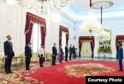 Tujuh Duta Besar Luar Biasa dan Berkuasa Penuh menyerahkan surat kepercayaan kepada Presiden Joko Widodo, menandai penugasan resmi di Indonesia.