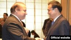 PM Pakistan Nawaz Sarif (kiri) saat menerima kunjungan PM China Li Keqiang di islamabad (foto: dok).