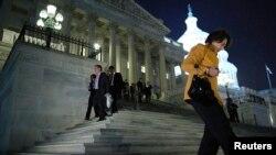 Các dân biểu rời Quốc hội Mỹ sau cuộc biểu quyết gần nửa đêm để mở cửa lại chính phủ và nâng mức trần nợ, ngày 16/10/2013.