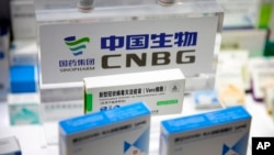 Sebuah kotak vaksin COVID-19 terlihat di sebuah pameran perusahaan farmasi China Sinopharm di Beijing, Sabtu, 5 September 2020. (Foto: AP)