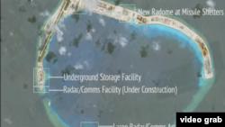 中國疑似在南中國海有爭議人工島礁加強軍力 (視頻截圖)