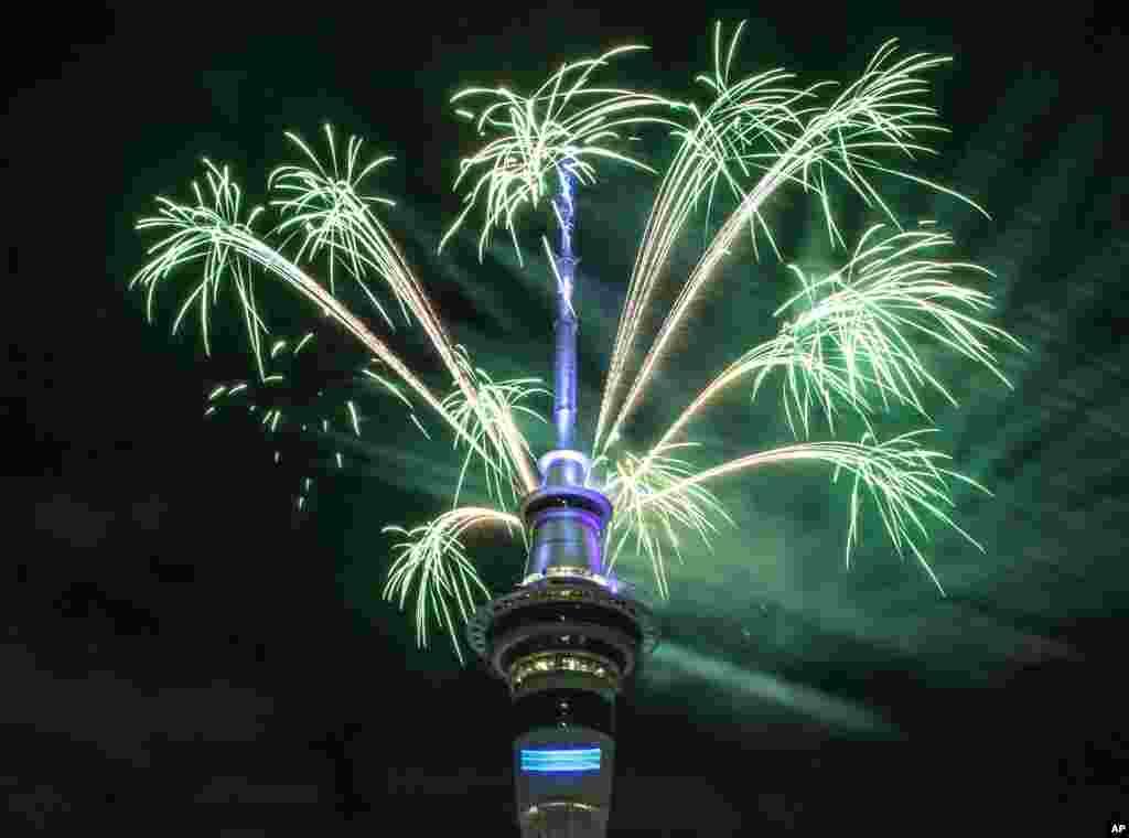 កាំជ្រួចត្រូវបានគេបាញ់នៅក្បែរអគារ Sky Tower ក្នុងក្រុង Auckland ដើម្បីស្វាគមន៍ឆ្នាំថ្មី នៅប្រទេសណូវែលសេឡង់។