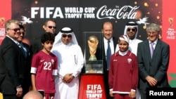 Le Qatari Saoud Al-Mohannadi, le 5e à gauche, est accusé de corruption à Doha, au Qatar, le 12 décembre 2013.