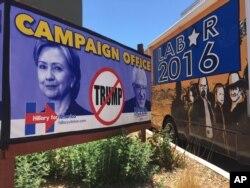 یک تابلوی تبلیغاتی در ایالت نیومکزیکو که در آن می گوید برای رای نیاوردن ترامپ به کلینتون یا سندرز رای بدهید.