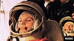 Phi hành gia Soviet Yuri Gagarin trên phi thuyền Vostok 1 chuẩn bị rời mặt đất.