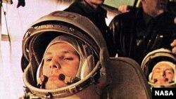 Kosmonot Soviet Yuri Gagarin, pilot Vostok 1, dalam bis sebelum terbang ke antariksa.
