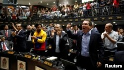 Tomas Guanipa (front, R), deputy of the Venezuelan coalition of opposition parties (MUD), shouts slogans during a session of the National Assembly in Caracas, Venezuela April 5, 2017.