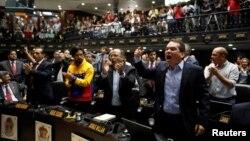 Tomas Guanipa (derecha), diputado por la MUD, grita consignas durante la sesión del 5 de abril de la Asamblea Nacional.