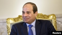 Le président égyptien Abdel Fattah al-Sisi assiste à une réunion dans son palais présidentiel au Caire, le 2 août 2015.