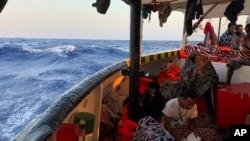 """星期日,多名移民慌亂之下從西班牙的救援船""""張開雙臂""""號(Open Arms)跳入地中海,這艘救援船當時正在迫切地尋找一個安全港口。"""