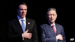 2015年1月21日,美国纽约州众议院议长萧华(Sheldon Silver,右侧)和纽约州州长科莫在州长发表州情报告之前